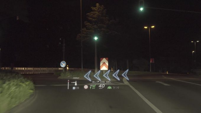 Mercedes Classe S 2020: l'head up display visualizza tutte le info dritte davanti agli occhi del guidatore