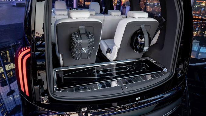 Mercedes Concept EQT: il bagagliaio con lo skateboard elettrico