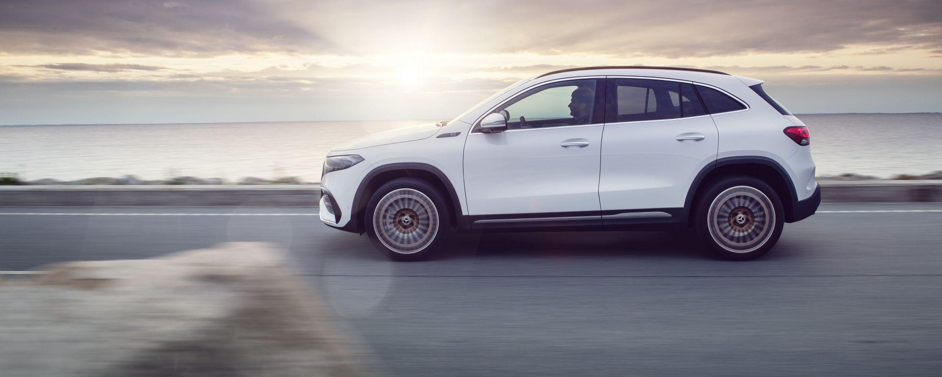 Mercedes EQA 2021 di profilo