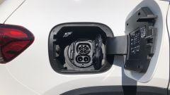 Mercedes EQA 2021, la presa di ricarica sul fianco posteriore destro