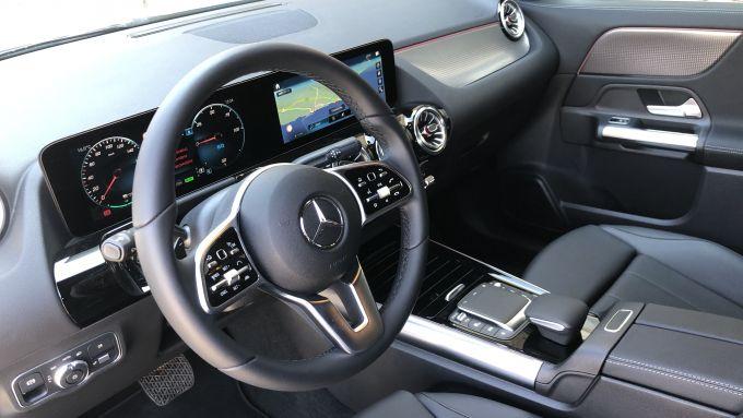 Mercedes EQA 2021, l'abitacolo del SUV 100% elettrico