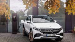 Mercedes EQA 2021, vista frontale e in ricarica