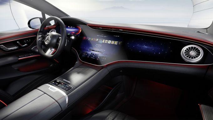Mercedes EQS: il sistema MBUX adatta le schermate dell'infotainment alle luci ambiente