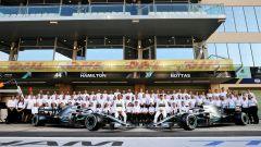 Mercedes, foto di gruppo per il team campione del mondo costruttori F1 2019