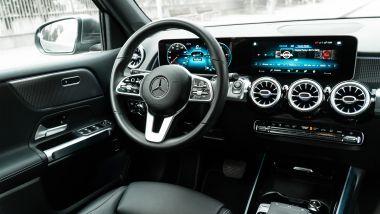 Mercedes GLB 200d Automatic: il ponte di comando dell'auto con il doppio display da 10,25''