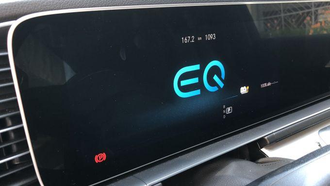 Mercedes GLE 350 de 4matic: il display con il logo EQ dei modelli elettrificati