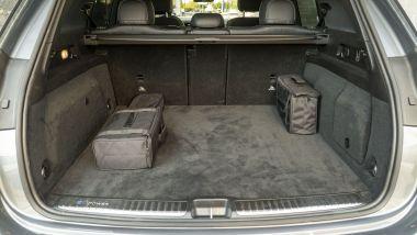 Mercedes GLE 350de, il bagagliaio con le borse per i cavi di ricarica