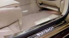 Mercedes-Maybach S 2021: i battitacchi illuminati