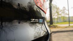 MG ZS EV: il badge sul portellone