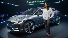 Michelle Rodriguez posa con la Jaguar i-Pace