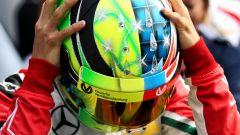 Mick Schumacher con il casco speciale in onore di papà Michael