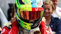 Mick Schumacher indossa il casco