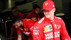 Mick Schumacher nei box Ferrari durante i test di Barcellona 2019