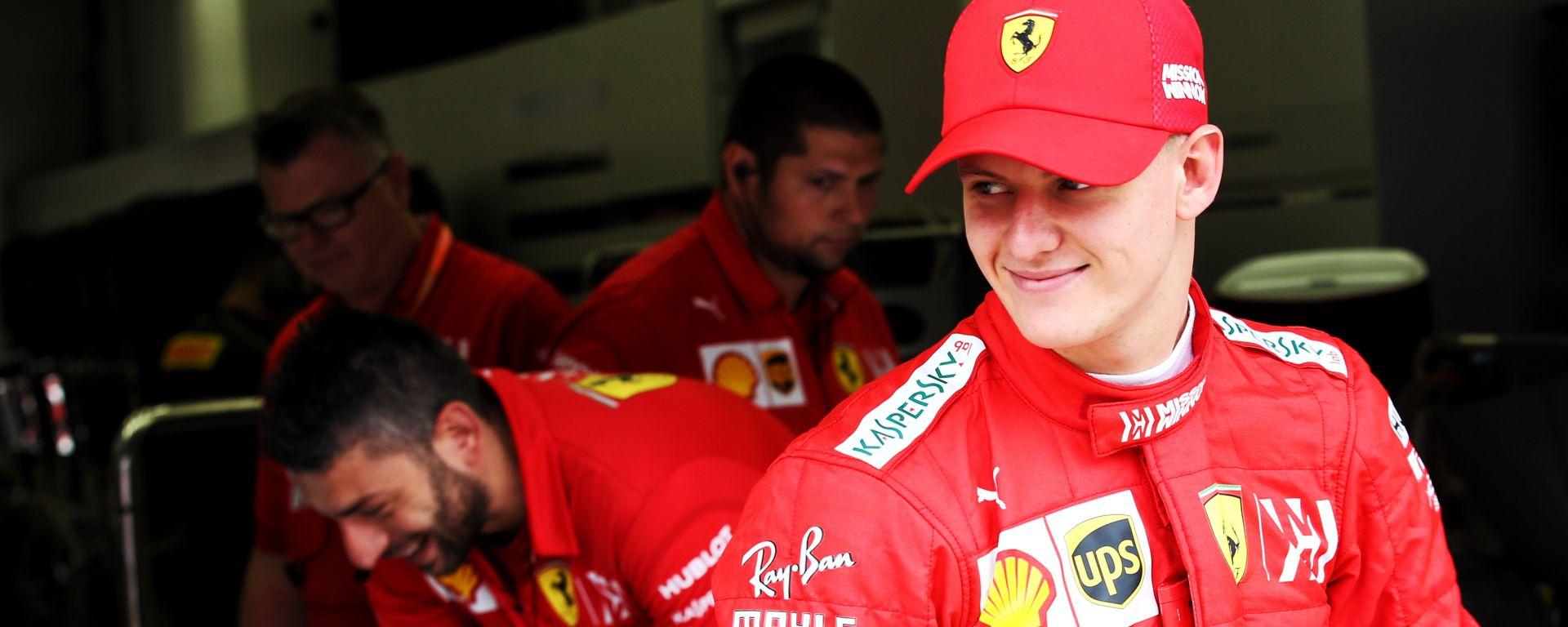 Mick Schumacher nei box Ferrari SF90 durante i test di Bacellona 2019
