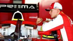 Mick Schumacher nel box Prema durante i test di Formula 2 a Jerez