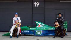 Mick Schumacher sulla Jordan 191 di papà Michael a Silverstone 2021. Con lui Karun Chandhok, ex pilota e opinionista Sky