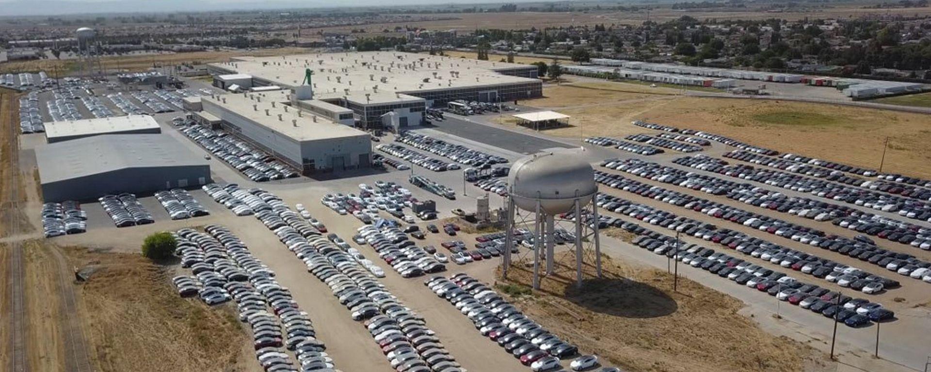 Migliaia di Tesla Model 3 parcheggiate a Lahtrop, California