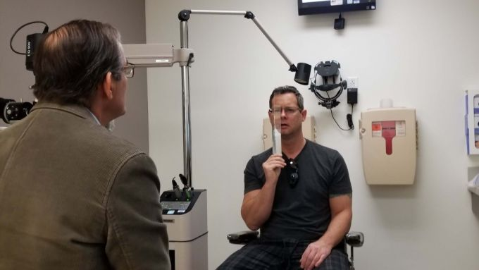 Mike Schickerowski durante una visita oculistica