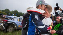 Mikkelsen mentre consola Tanak al Rally di Polonia