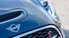 Mini Cabrio Sidewalk: un dettaglio del cofano motore della Cooper S