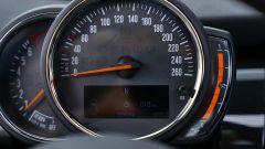 MINI Cooper D Diesel - contachilometri e contagiri con l'indicatore a LED per la benzina
