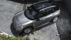 Mini Cooper S E Countryman ALL4: le batterie si ricaricano tramite la linea elettrica