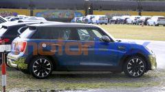 Mini Cooper SE 5 porte: pizzicata in un parcheggio durante le prove su strada