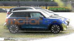 Mini Cooper SE 5 porte: una vista di profilo