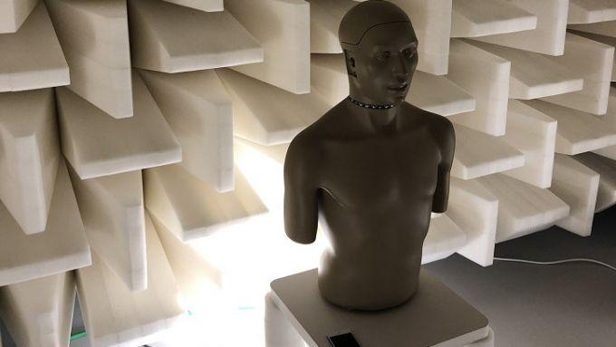 Mini Cooper SE: il manichino nella camera semi-anecoica per lo studio del rumore