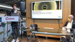 Mini Cooper SE: Renzo Vitale spiega la creazione della suono Mini elettrica, Renzo Caimi, di Caimi Brevetti alla scrivania