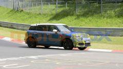 Mini Countryman 2021, foto spia al Nurburgring: i cambiamenti si concentrano attorno ai due paraurti