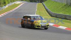 Mini Countryman 2021, foto spia al Nurburgring: vista 3/4 anteriore