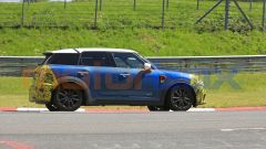 Mini Countryman 2021, foto spia al Nurburgring: vista laterale