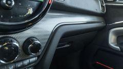 Mini Countryman SE All4 plug-in hybrid: dettaglio della finitura della plancia