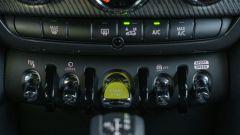 Mini Countryman SE All4 plug-in hybrid: le levette cromate sono una firma per Mini