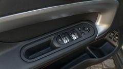 Mini Countryman SE All4 plug-in hybrid: tasti cromati nel pannello porta