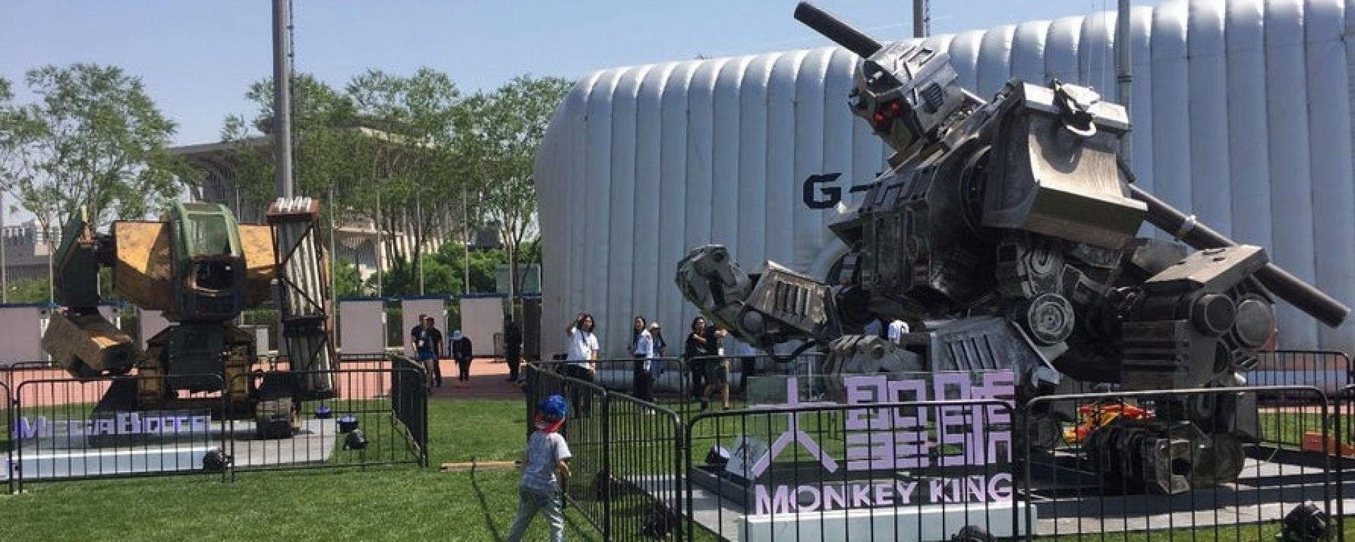 Monkey King, a destra, ha sfidato Megabots nella guerra dei robot giganti