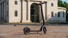 Monopattino elettrico Vivobike S3 all'Arco della Pace