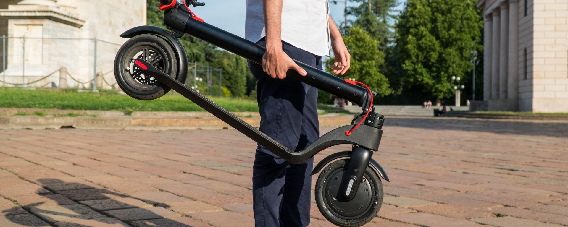 Monopattino elettrico Vivobike S3, trasporto a mano