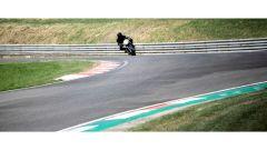 Aston Martin si da alle moto: la AMB 001 è già in pista - Immagine: 8