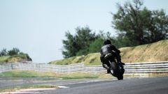 Aston Martin si da alle moto: la AMB 001 è già in pista - Immagine: 9