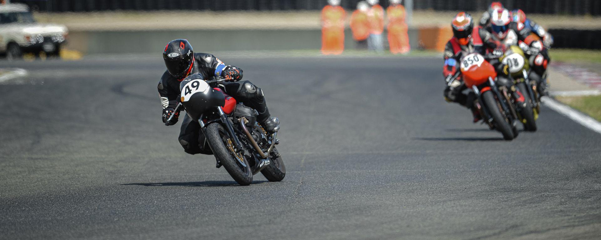 Moto Guzzi Fast Endurance: amicizia, gas e competizione con la V7 III