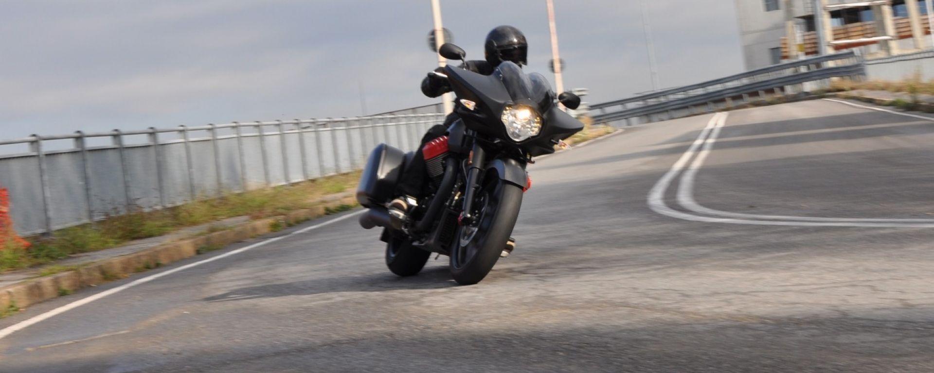 Moto Guzzi MGX-21: la prova della bagger di Mandello