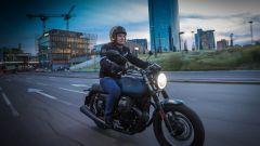 Moto Guzzi V7 III Black Pack, in città nella notte