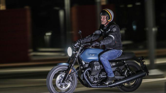 Moto Guzzi V7 III Black Pack, senza meta in città