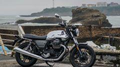 Moto Guzzi V7 Limited: serie limitata tra tavole e onde - Immagine: 1