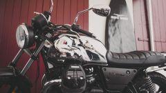Moto Guzzi V7 Limited: serie limitata tra tavole e onde - Immagine: 2