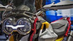Moto Guzzi V85: dettaglio del gruppo ottico anteriore