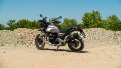 Moto Guzzi V85 TT: il 3/4 posteriore della moto italiana