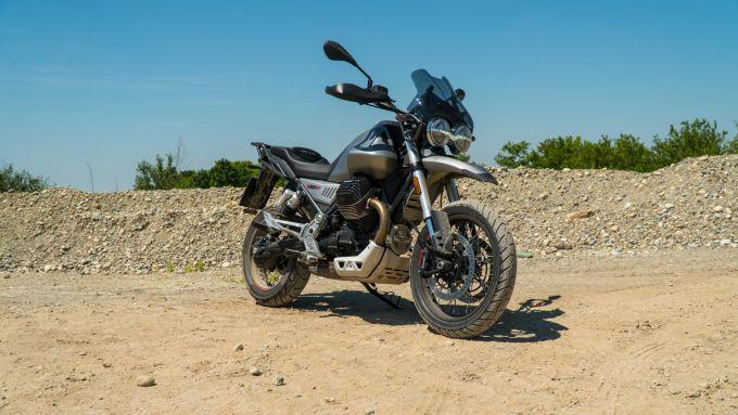 Moto Guzzi V85 TT: una vista di 3/4 anteriore